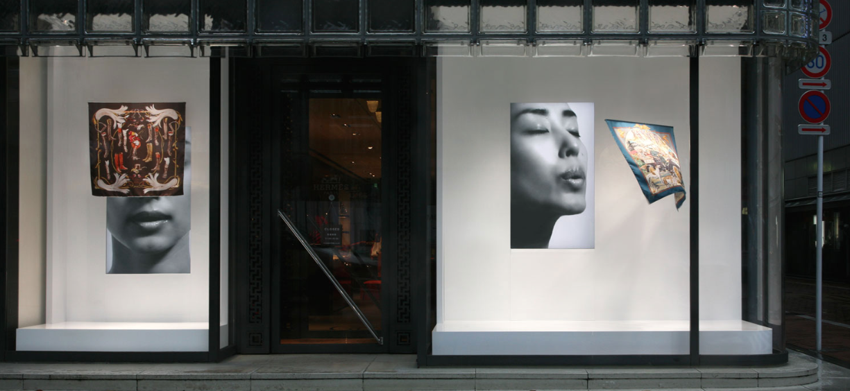 Hermés shop window directly facing the street. (Photo: reproduced from the website of Tokujin's architecture firm).